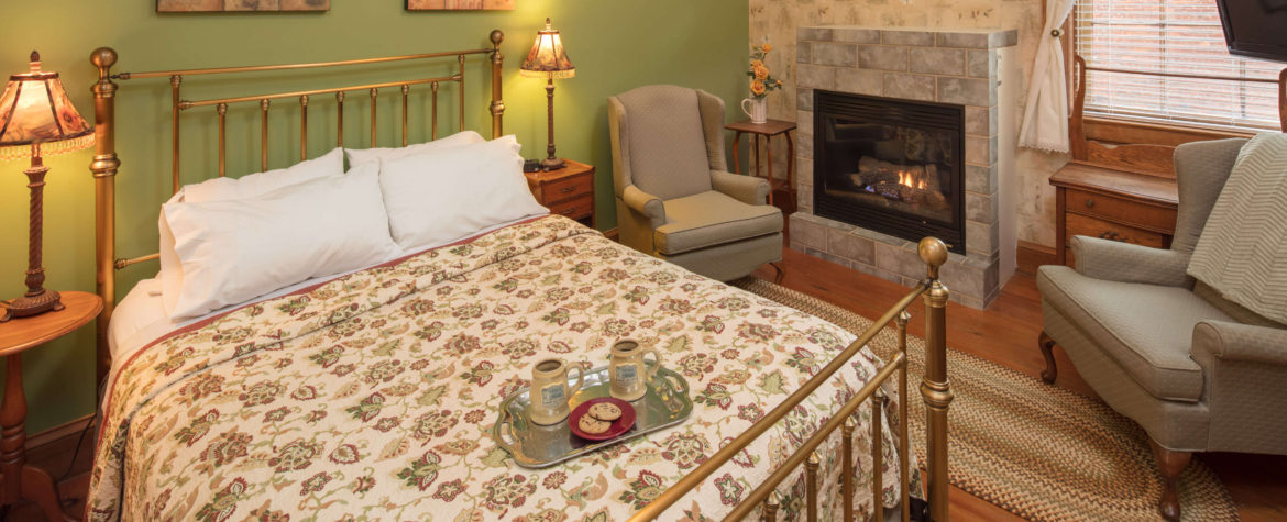 Aimee Guest Room - Farmers Guest House Galena, IL